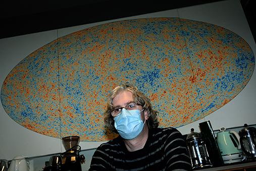 portrettbildet av prof. Eriksen, man med briller og munnbind på
