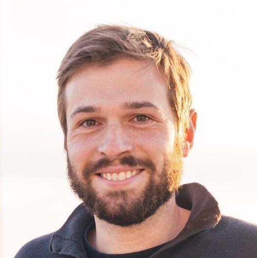 portrettbildet av en smilende ung man