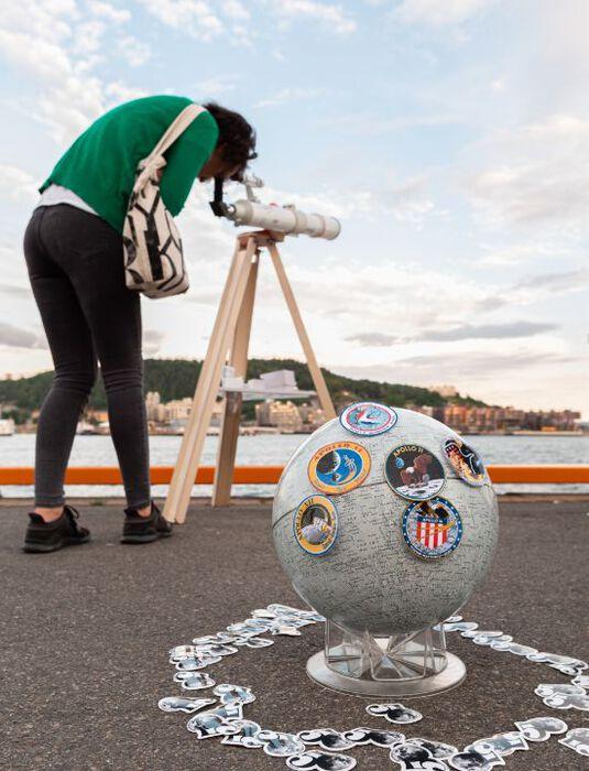 Månetitting med teleskoper lang havnepromenaden i Oslo