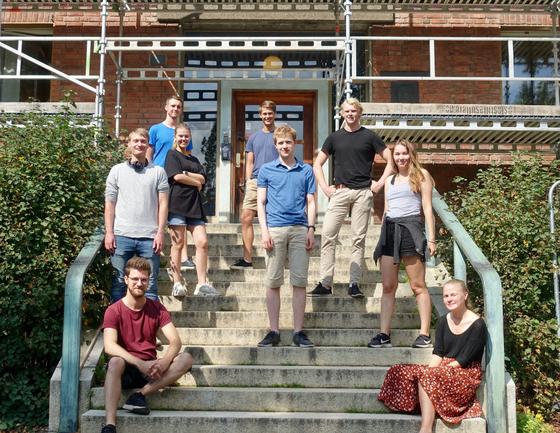gruppe av unge studenter foran Svein Rosselands hus