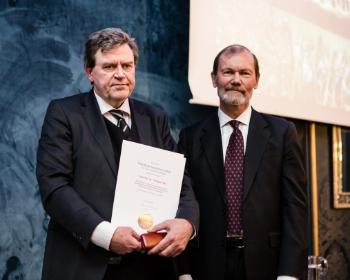 DNVAs annual meeting: Professor Trond H. Torsvik receives diplom and the Fridtjof Nansen Award of Excellence from Professor Øyvind Østerud, Nansenfondet. Photo: Thomas B. Eckhoff/The Norwegian Academy of Science and Letters