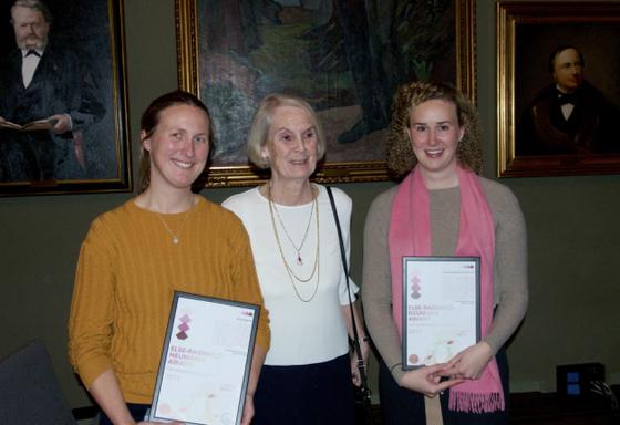 OSLO, DNVA: Professor Else-Ragnhild Neumann i midten flankert av de to stolte prisevinnerne; Anja Røyne til venstre og Grace Shepard til høyre. Foto: Johannes Jacob/UiO