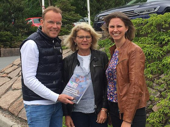 Dei tre forfattarane poserer med læreboka