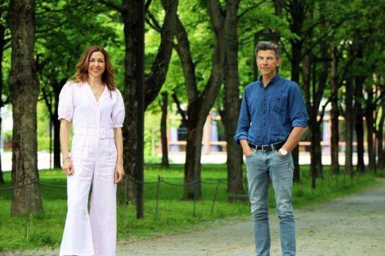 Mann og kvinne i park ser i kameraet