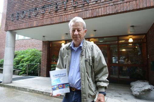 A proud editor presents the Chinese translation of the textbook Petroleum Geoscience: From Sedimentary Environments to Rock Physics. Knut Bjørlykke is the editor, here photographed outside the Geology building, UiO. Photo: Gunn Kristin Tjoflot / UiO