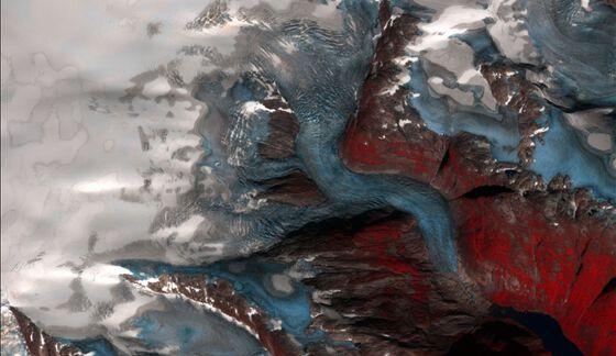 Sentinel-2-bilde som viser Tuftebreen, Nigardsbreen og deler av Jostedalsbreen, 27. august 2019 i falske farger. Vegetasjon blir her farget rød. Isen vises i blått og sprekkene synes godt. Høyere opp er det fortsatt hvit vintersnø igjen.Foto: Sentinel Copernicus