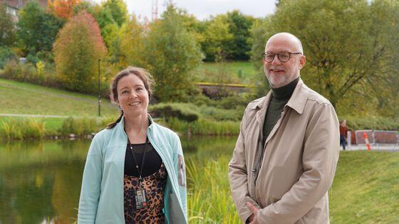 Foto: Rikke Bruhn er forsker ved Institutt for geofag og Anders Bjartnes er redaktør i Energi og Klima. Her møtes de etter innspilling av en podkastepisode til Universitetsplassen. Foto: Elina Melteig.