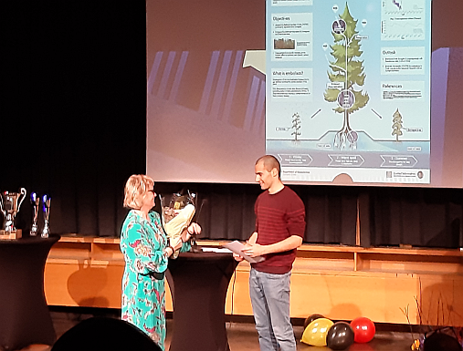 Vice Dean of Solveig Kristiansen, MN faculty (left), Marius Lambert from the Department of Geosciences (right) awards the prize for best poster at 'PhD Day 2019' in Sophus Lies Aud, UiO. Photo: Gunn Kristin Tjoflot/UiO