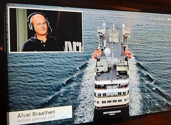 """Alvar Braathen (innfelt) kommenterte direkte frå studio under sendinga av """"Svalbard minutt for minutt"""" 9. februar. Foto: NRK TV, (faksimile) Gunn Kristin Tjoflot/UiO"""