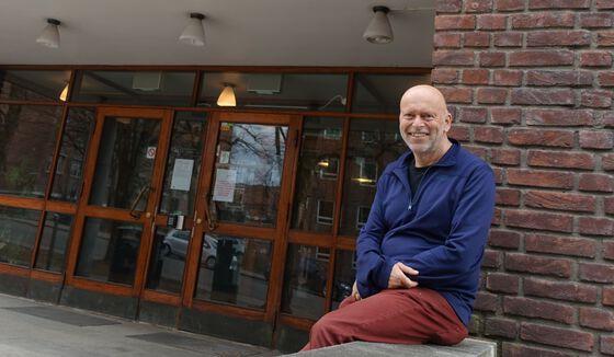 Foto: Professor Bernd Etzelmüller er den nyeinstituttleiaren ved Institutt for geofag, Universitetet i Oslo. Her framfor hovedinngangen til instituttet i Sem Sælands veg 1, Blindern.Foto: GK/UiO