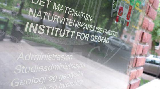 Bilde av skilt ved inngangen av Geologibygningen. Foto: GK/UiO
