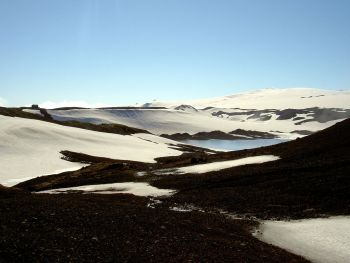 På Island finner vi vulkanen Katla som kan ha innvirkning på Norge ved utbrudd. Den ligger 1512 moh og 300–400 meter under den 595 km² store isbreen Mýrdalsjökull. Katla krateret har en diameter på 10 km. Foto: Chris 73/CC BY-SA 3.0