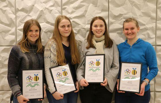 Fire jenter med diplom