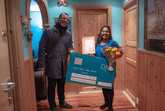 Ruby Sivaganesh mottar prisen fra Frivillighetsbyråd i Oslo kommune Omar Samy Gamal.