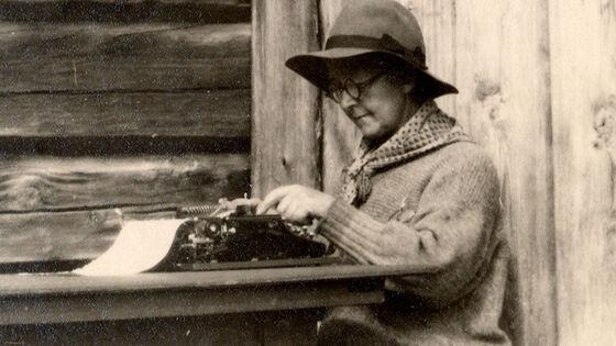 Bilde av Kristine Bonnevie ved skrivemaskin.
