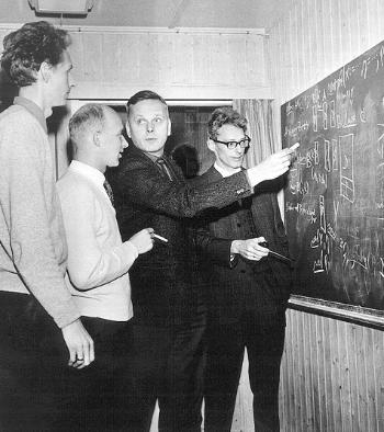 Oslo 1967. Bjørn Myhrhaug, Sigurd Kubosch, Kristen Nygaaard og Ole-Johan Dahl diskuterer programmeringsspråket Simula. Photo rights: NTB Scanpix. Used here with permission.