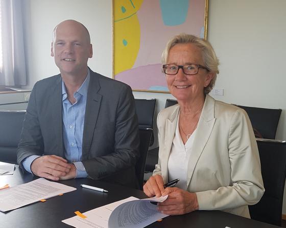 Gunn-Elin Bjørneboe signerer kontrakt med Canvas.