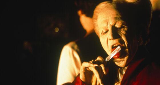 mann som slikker på en barberkniv