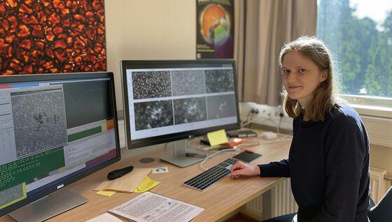 Bildet kan inneholde: datamaskin, bord, personlig datamaskin, smil, dataskjerm.
